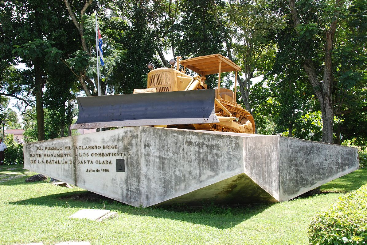 22 Cuba - Santa Clara - Monumento a la Toma del Tren Blindado - bulldozer